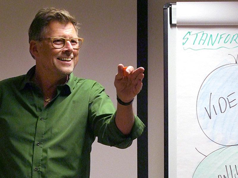 Torben Lorentsen holder foredrag foran en flipover